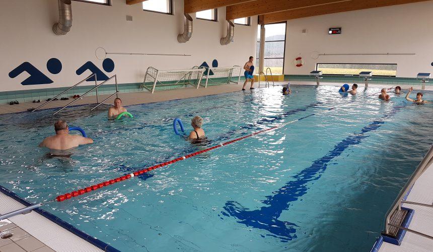 Wir bieten Wassergymnastik- und Aquajogging-Kurse an.